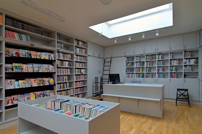interiér naší knihovny