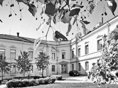 Sídlo knihovny na Školním náměstí od posledních let 19. století do roku 1912, zároveň zde sídlilo i městské muzeum.