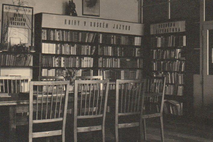 Interiér knihovny v Besedě v roce 1957.