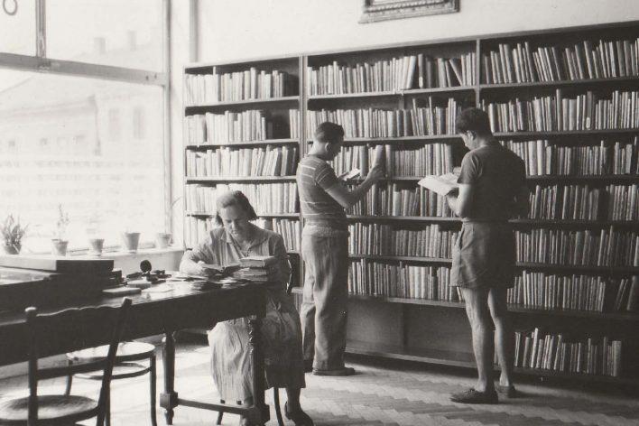Od roku 1952 byla knihovna umístěna v prvním patře bývalé Besedy na Masarykově náměstí.