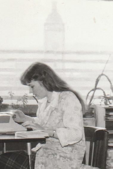 Knihovna v bývalé Besedě - pracovní zázemí knihovnic v roce 1980.
