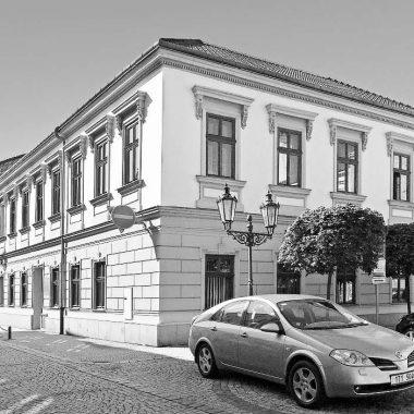 Sídlo knihovny v letech 1992 - 2001 bylo v Zámecké ulici č. p. 118.