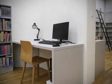 Počítač v dětském oddělení pro nahlížení do on-line katalogu